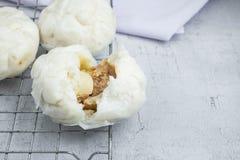 Kinesisk mat för ångabullar på vit bakgrund royaltyfria foton