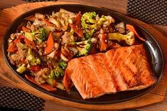 Kinesisk mat - fisk och grönsaker arkivfoton
