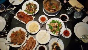 Kinesisk mat i en restaurang Arkivfoton