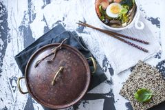 kinesisk mat Matställen är sund Soppa med räka och ägget Wabi Sabi kopiera avstånd Ljus mat Royaltyfri Fotografi