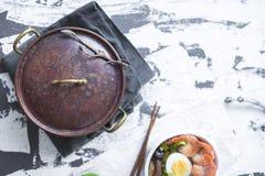 Kinesisk mat och en tappningkastrull Matställen är sund Soppa med räka och ägget Wabi Sabi kopiera avstånd Ljus mat Royaltyfri Bild