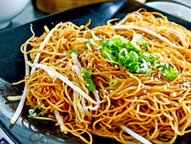 Kinesisk mat, stekt nudel royaltyfria foton