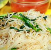 kinesisk mat stekt nudelstir Arkivfoto