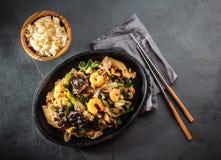 kinesisk mat Te pam-sao Panna av stekt olikt kött, räkashiitakechampinjon royaltyfria foton