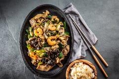 kinesisk mat Te pam-sao Panna av stekt olikt kött, räkashiitakechampinjon arkivbild
