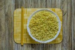 Kinesisk maträtt av nudlar och pinnar Arkivbild