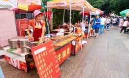 Kinesisk matstall, gatamatställning i Guangzhou Kina Royaltyfria Bilder