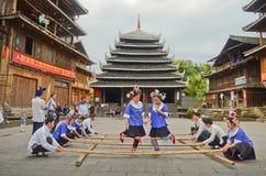 Kinesisk minoritet dansar royaltyfri bild