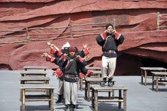 kinesisk minoritet för skådespelarear som är utomhus- per teater Arkivbild