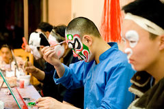 kinesisk opera som förbereder sig fotografering för bildbyråer