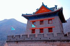 Kinesisk pagoda och flaggor på den stora väggen (Kina) Arkivbilder