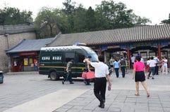 Kinesisk pansarbil med vakter på ingången för stor vägg Arkivfoto