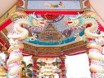 Kinesisk paviljong och drakar Arkivbilder