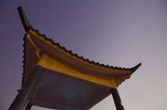 Kinesisk paviljong på natten royaltyfria foton