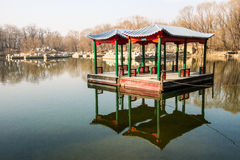 Kinesisk paviljong på vatten Royaltyfria Foton