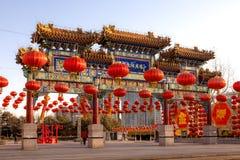 Kinesisk paviljongport med röda lyktor arkivfoton