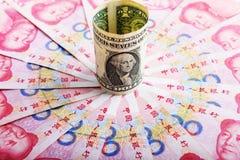 Kinesisk pengarrmbsedel och amerikandollar Royaltyfri Fotografi