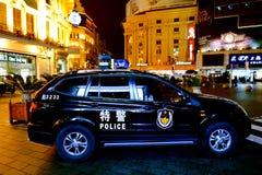 Kinesisk polisbil som bevakar den Nanjing vägen i Shanghai, Kina Royaltyfri Bild