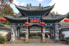 Kinesisk port på ingången av den svarta Drano pölen en av gränsmärkena av Lijiang Arkivfoton