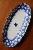 Kinesisk portionplatta på den wood tabellen. Royaltyfria Bilder