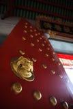 Kinesisk röd dörr inom templet Arkivbild