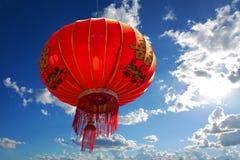 Kinesisk röd lykta mot blå himmel med moln royaltyfri bild