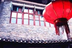 Kinesisk röd lykta och gammalt hus royaltyfria bilder