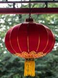 Kinesisk röd rund lykta på en grön bakgrund royaltyfri bild