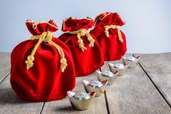 Kinesisk röd tygpåse för nytt år, ang-pow med kinesiska pengar av l Royaltyfri Foto
