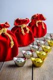 Kinesisk röd tygpåse för nytt år, ang-pow med kinesiska pengar av l Royaltyfri Bild