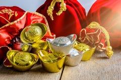 Kinesisk röd tygpåse för nytt år, ang-pow med kinesiska pengar av l Arkivbild