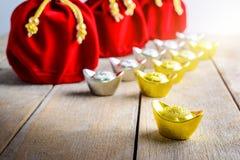 Kinesisk röd tygpåse för nytt år, ang-pow med kinesiska pengar av l Royaltyfria Bilder