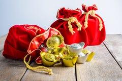 Kinesisk röd tygpåse för nytt år, ang-pow med kinesiska pengar av l Arkivfoto
