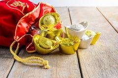 Kinesisk röd tygpåse för nytt år, ang-pow med kinesiska pengar av l Royaltyfria Foton