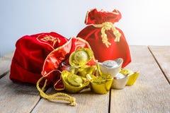 Kinesisk röd tygpåse för nytt år, ang-pow med kinesiska pengar av l Arkivbilder