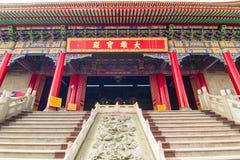 Kinesisk rökelsegasbrännare och trappa framme av den traditionella templet Arkivfoton