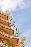 Kinesisk relikskrin och en drakestaty. Arkivfoto