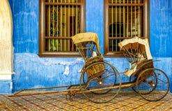 Kinesisk rickshaw på skärm framme av byggnaden royaltyfri fotografi