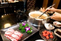 Kinesisk shabu för matlagning med den körsbärsröda tomaten och smaskigt nötköttkött royaltyfria bilder
