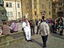 Kinesisk sjöman som annonserar Prague fartygkryssning Arkivfoton