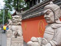 Kinesisk skulpturstaty i den nära fokusen, grund DOF Fotografering för Bildbyråer