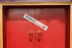Kinesisk skyddsremsa på en dörr i förbjuden slott Royaltyfria Bilder