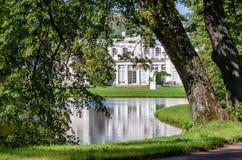 Kinesisk slott på kusten av dammet i parkera av Oranienbaum, nära St Petersburg arkivfoton