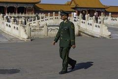 Kinesisk soldat Patrols i Forbiddenet City Fotografering för Bildbyråer