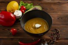Kinesisk soppapur? i en platta p? en tr?bakgrund royaltyfria bilder
