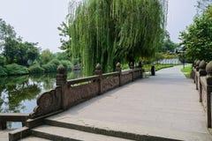 Kinesisk stenbro med bas-lättnad balustrader över vatten arkivfoton