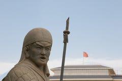 Kinesisk stensoldat bredvid porslinflagga Arkivfoto