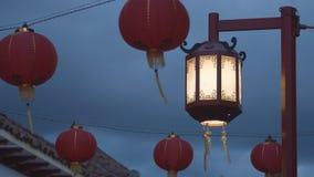 Kinesisk Streetlight med Lanters Royaltyfria Bilder
