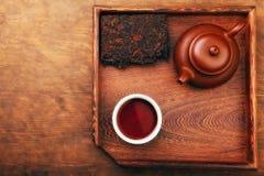 Kinesisk tabell för kopp för svart te för tekanna royaltyfri foto