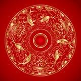 Kinesisk tappningmodell med guldfisken i vatten och lotusblomma Arkivfoto